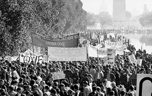 Shromáždění proti válce ve Vietnamu v u Lincolnova památníku ve Washingtonu, D.C., 21. října 1967.