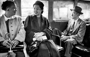 Rosa Parksová jede v autobuse poté, co Nejvyšší soud rozhodl o zrušení segregace v městských autobusech v Montgomery v roce 1956, foto Don Cravens/Time Life Pictures/Getty Images