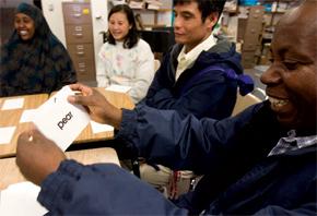 Přistěhovalci se učí v sobotní škole angličtiny. Foto AP Images